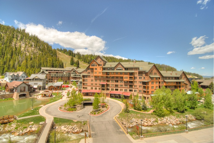 Zephyr Mountain Lodge Summer Exterior